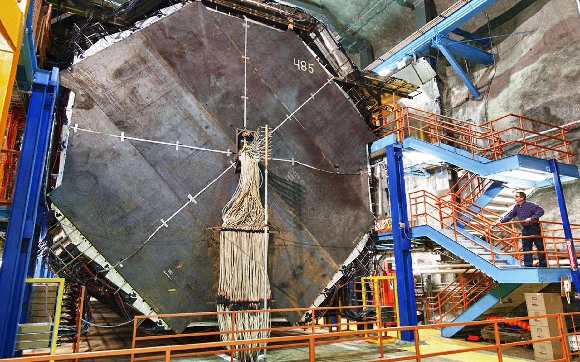 Main Injector Neutrino Oscillation Search (Minos) est une expérience conduite aux États-Unis avec des faisceaux de neutrinos produits non loin de Chicago, au Fermilab. Ces faisceaux sont envoyés à travers le sol en direction du détecteur photographié ici, installé dans une mine à 735 kilomètres de distance. L'expérience permet d'explorer la physique des oscillations de neutrinos. © Reidar Hahn, Fermilab