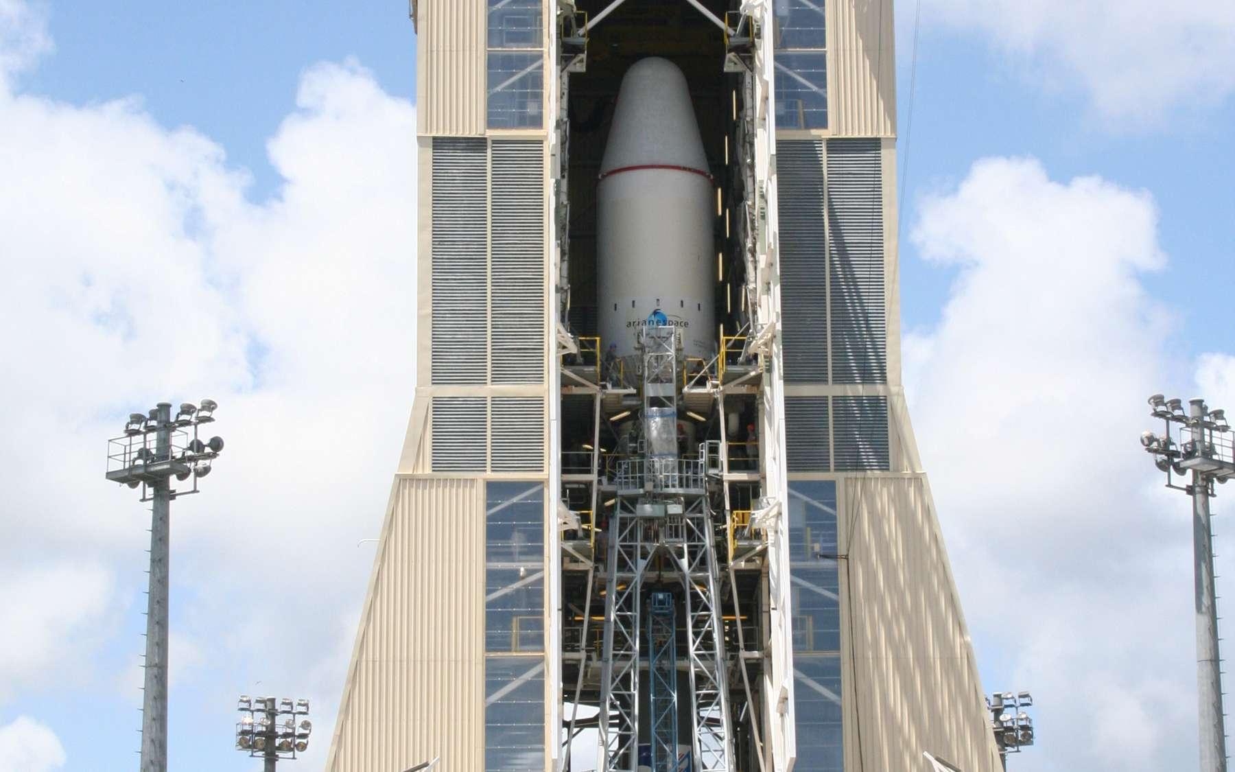 Le lanceur lors des tests de chronologie de lancement effectués au printemps 2011. Il est encore à l'intérieur du portique mobile qui est retiré avant le décollage. © Esa/Cnes/Arianespace-Service optique CSG