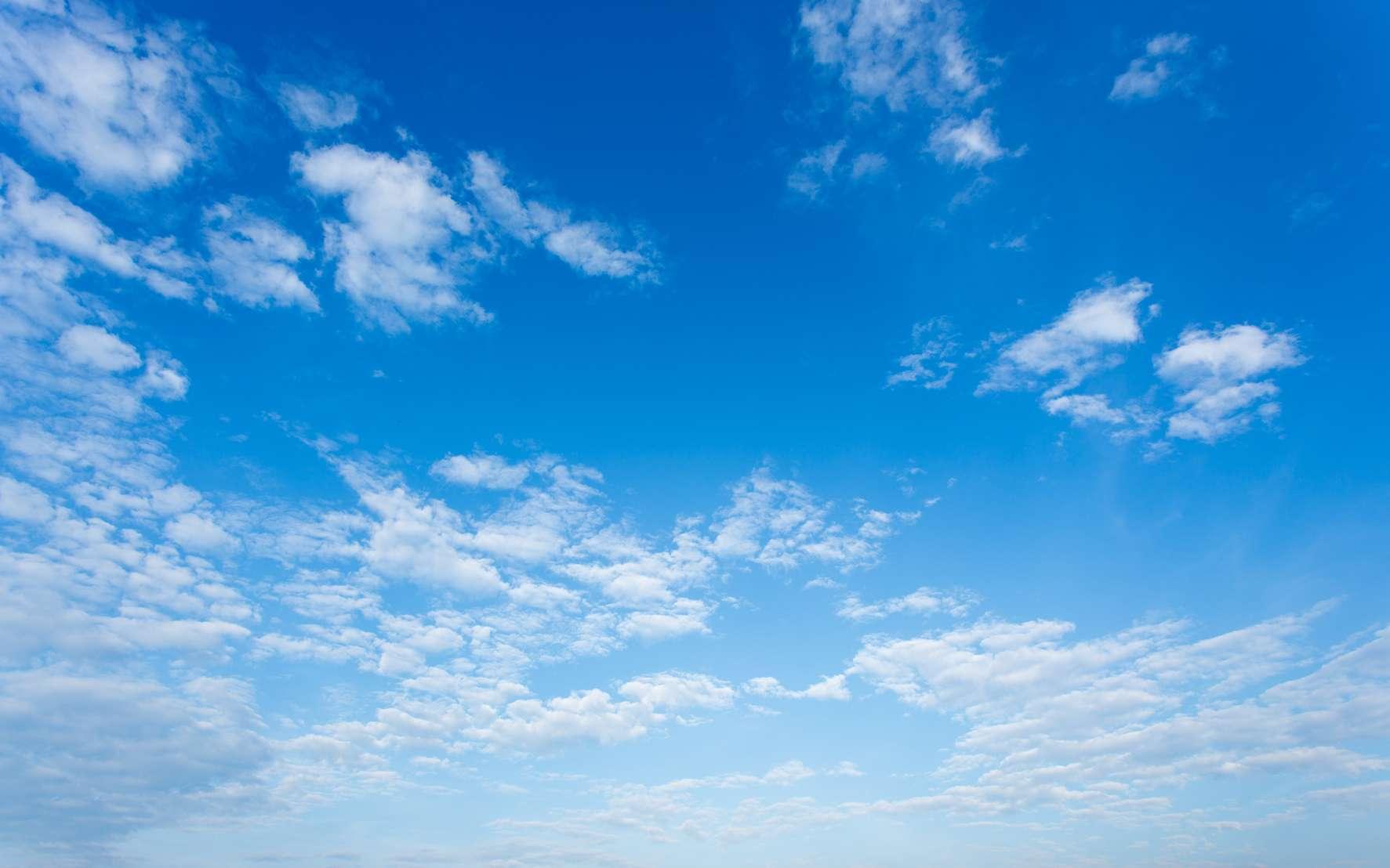 Le ciel bleu et le blanc des nuages sont tous deux dus à la diffusion de la lumière solaire blanche, mais, dans un cas, les acteurs de diffusion sont les molécules d'air, dans l'autre ce sont les gouttelettes d'eau. © littlestocker, Fotolia