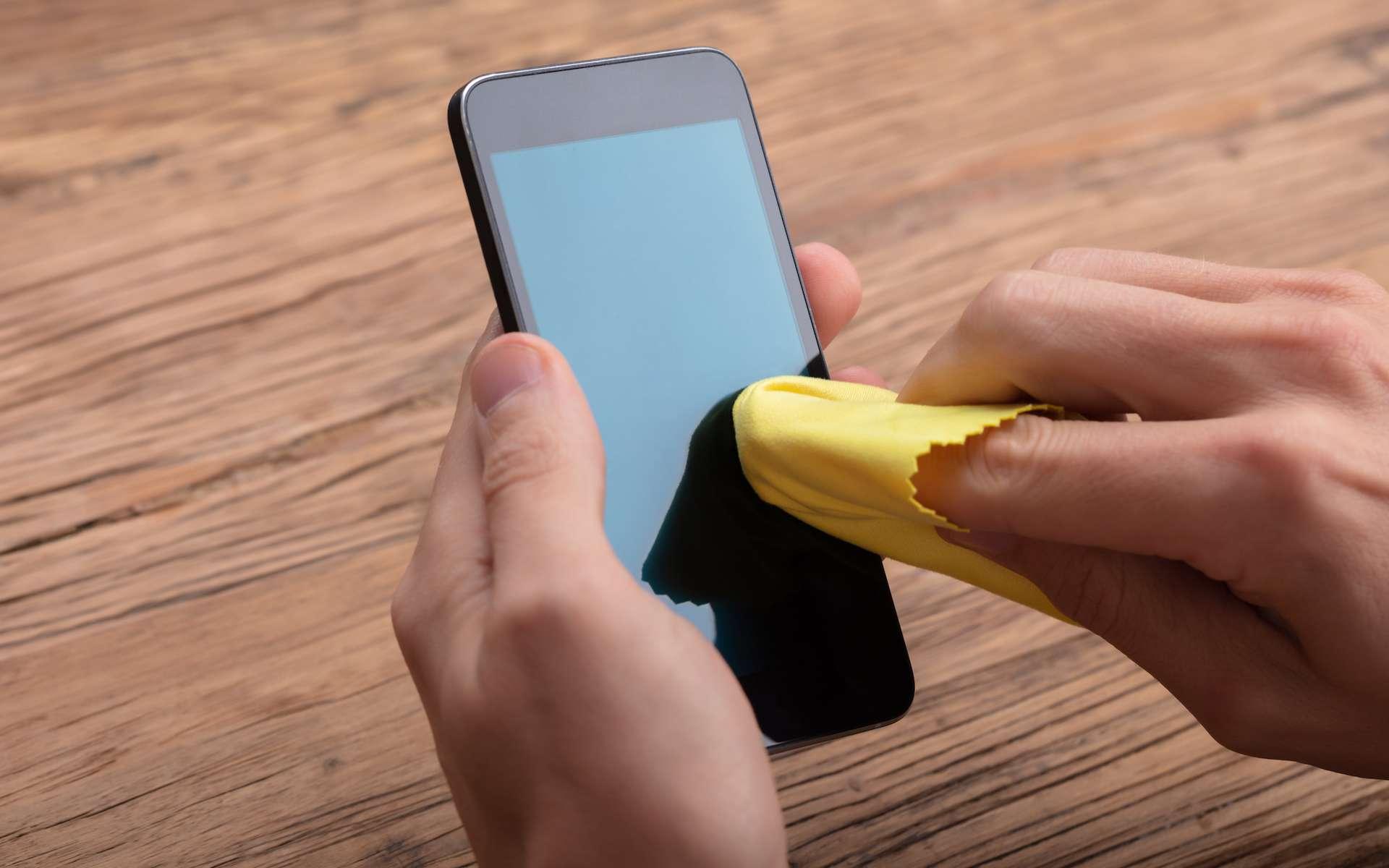 L'écran du téléphone doit être nettoyé avec un chiffon doux non pelucheux. © Andrey Popov, Adobe Stock