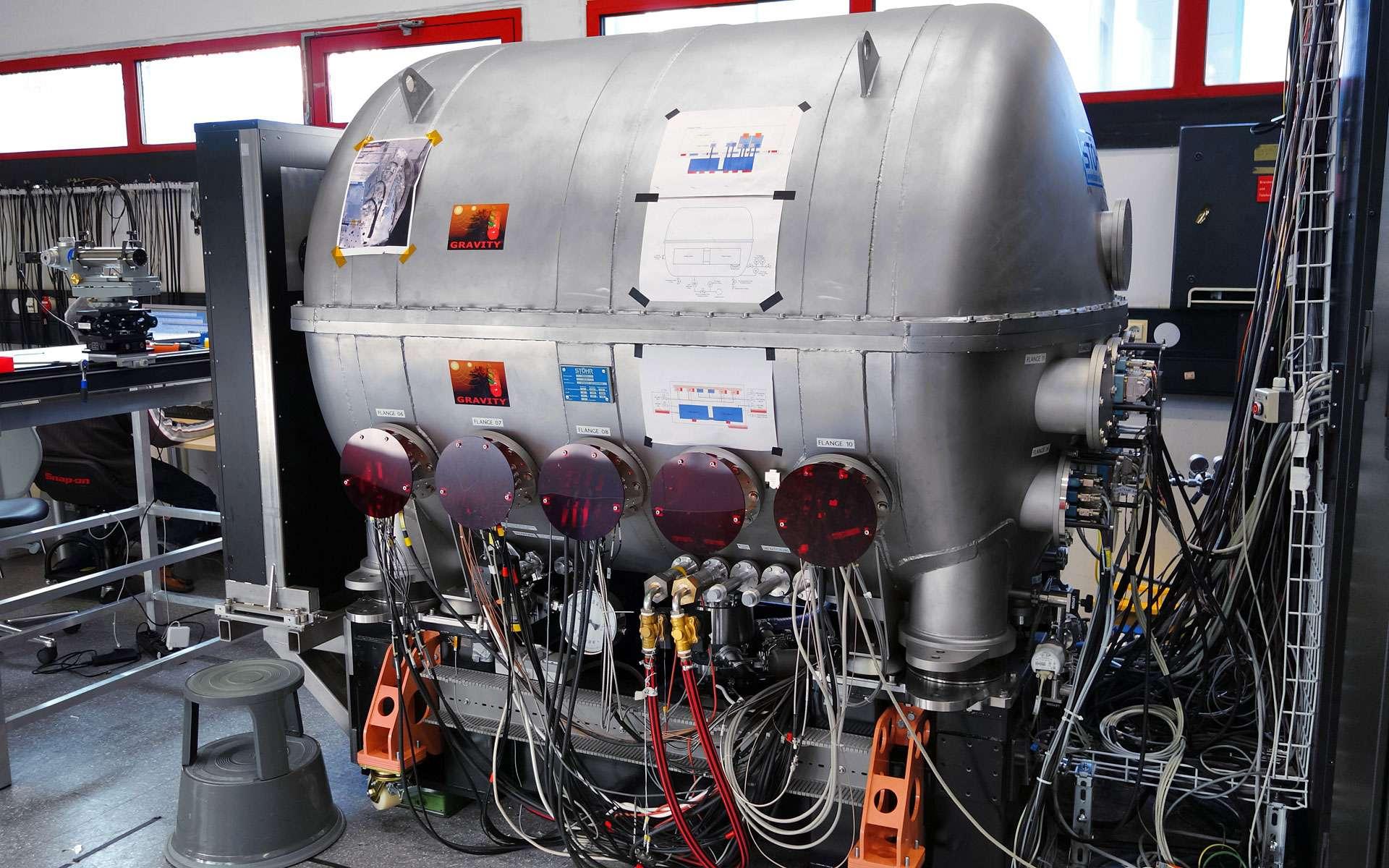 L'instrument Gravity et son cryostat (la grosse cuve) qui refroidit le système optoélectronique pour améliorer ses performances. © Eso, Gravity Consortium