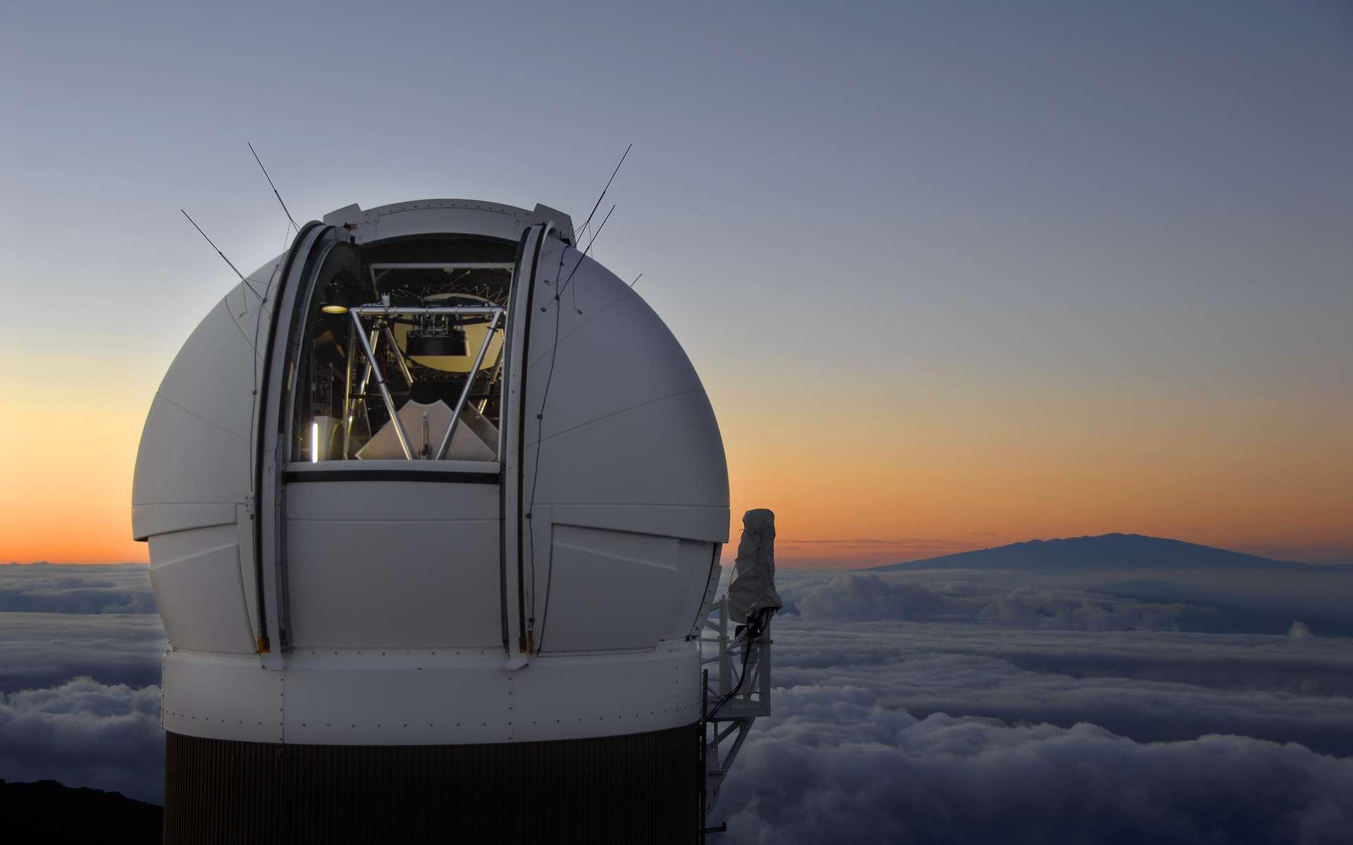 La coupole abritant le télescope de 1,8 m de diamètre situé au sommet du Haleakala, juste avant le lever du Soleil. © PS1SC