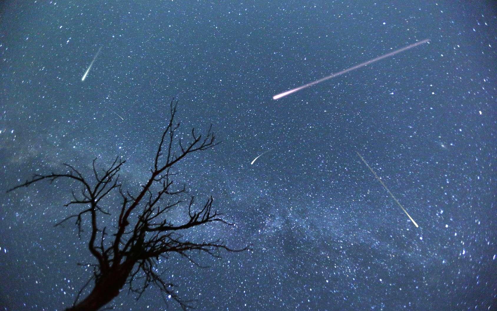 Quelques étoiles filantes. Les Taurides se manifestent en automne et en juin. © Belish, fotolia