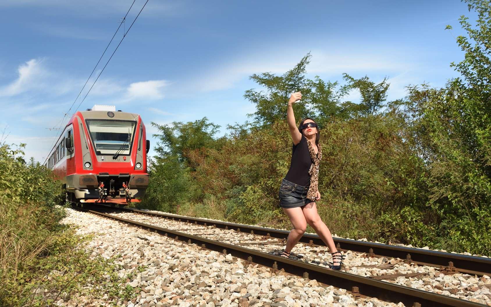 Certains sont prêts à risquer leur vie pour un selfie extrême. © Akiko Nuru, Fotolia