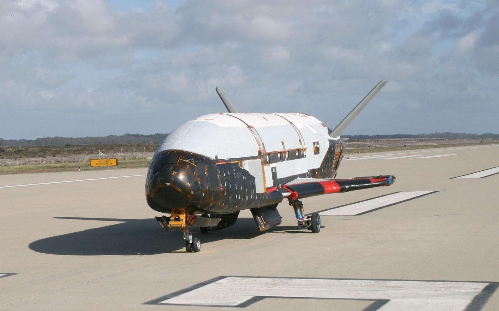 Un des deux exemplaires connus de X-37B. L'engin ressemble beaucoup aux navettes spatiales de la Nasa avec des dimensions bien plus faibles. La longueur est de moins de 9 m. © US Air Force