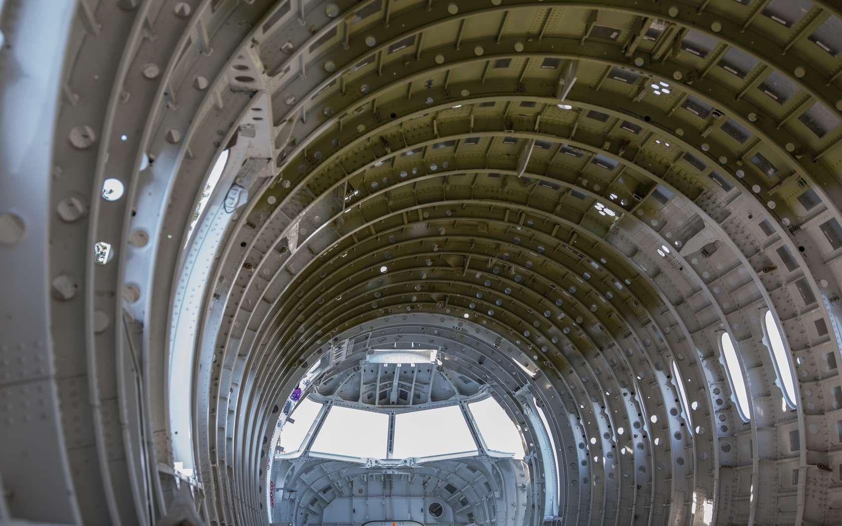 Le chaudronnier aéronautique met en forme des pièces métalliques de manière manuelle ou à l'aide de machines. © Mario Hagen, Fotolia.