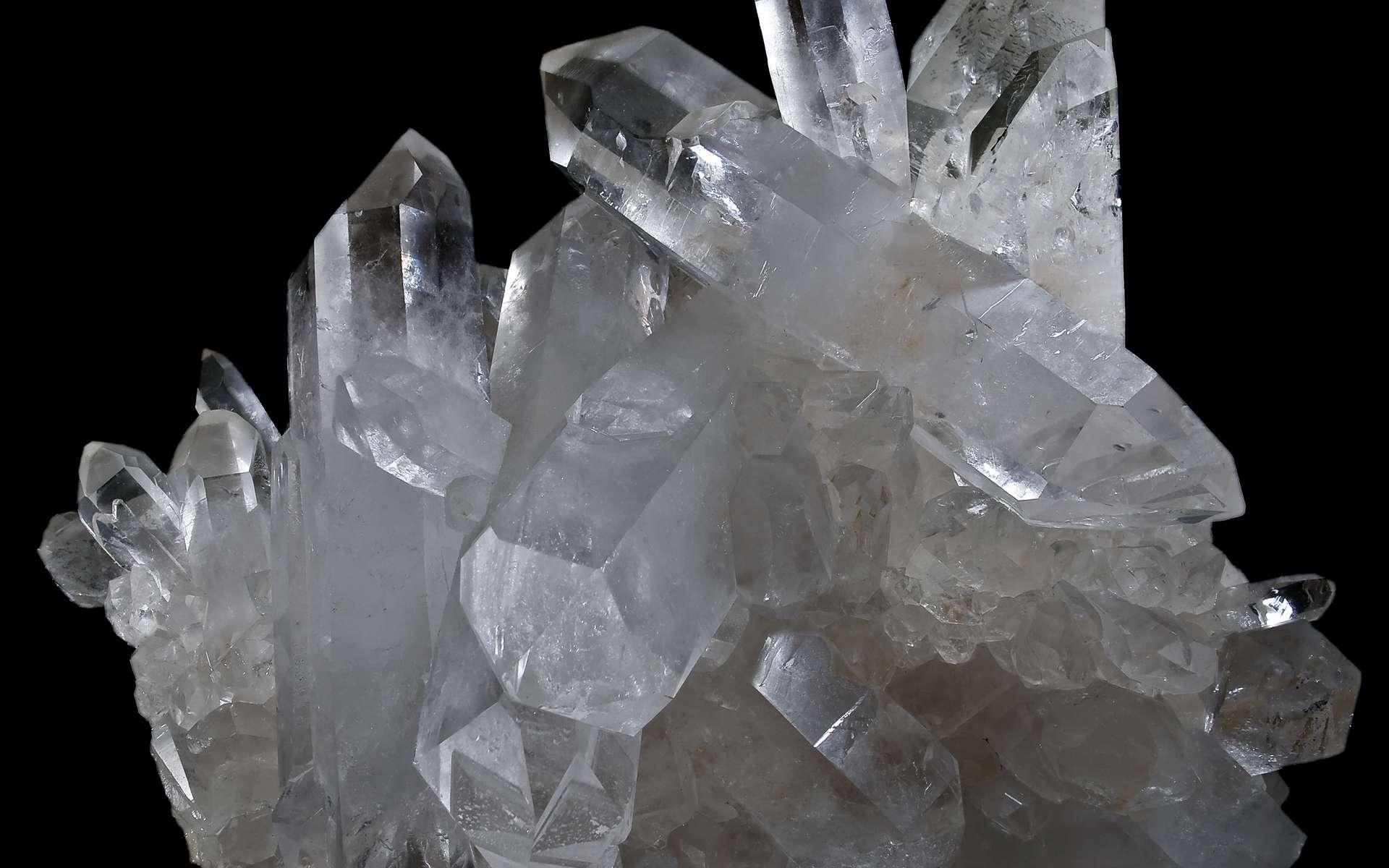 La montre à quartz repose sur l'oscillement de cristaux soumis à une impulsion électrique. © Didier Descouens, CC BY 3.0, Wikimédia Commons