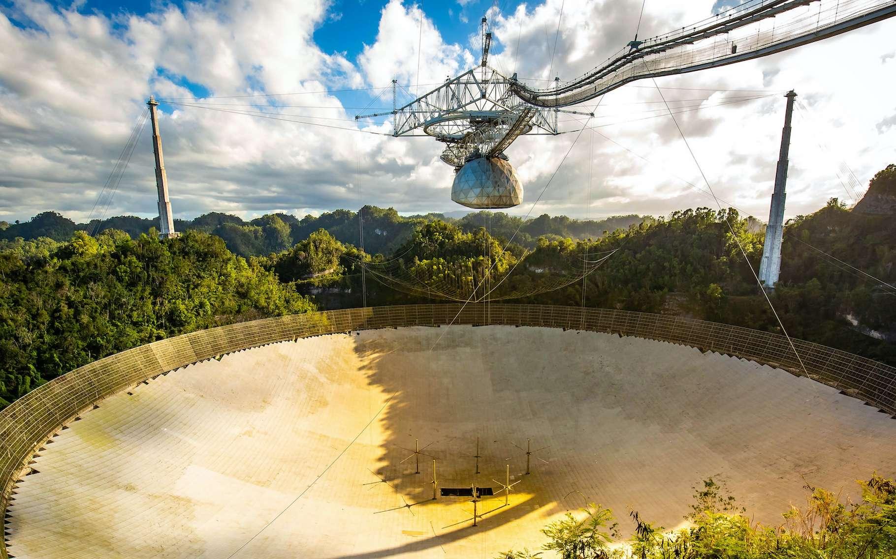 Le célèbre radiotélescope d'Arecibo a été gravement endommagé