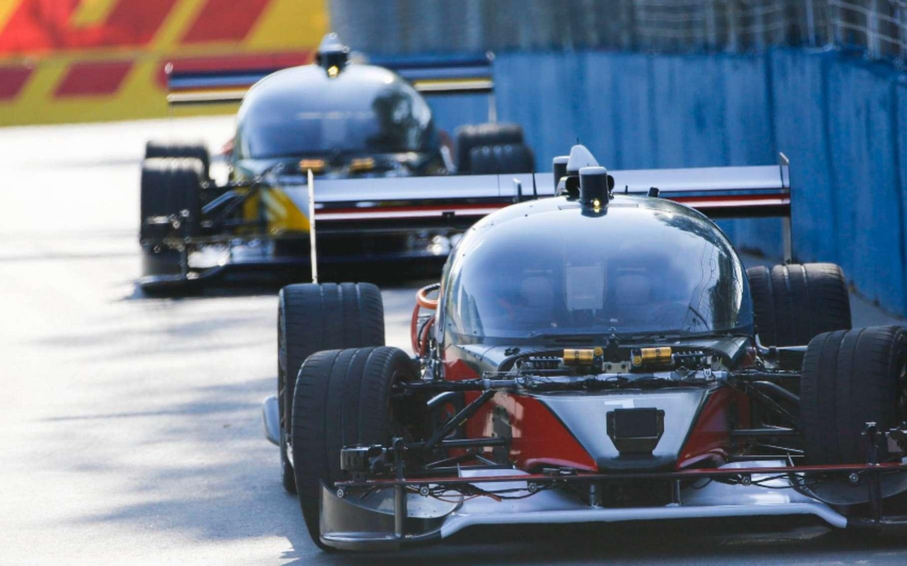 Les prototypes DevBot 1 et 2 de la Roborace se sont affrontés pour la toute première fois sur la piste de Formule-E tracée dans la ville de Buenos Aires. © Roborace