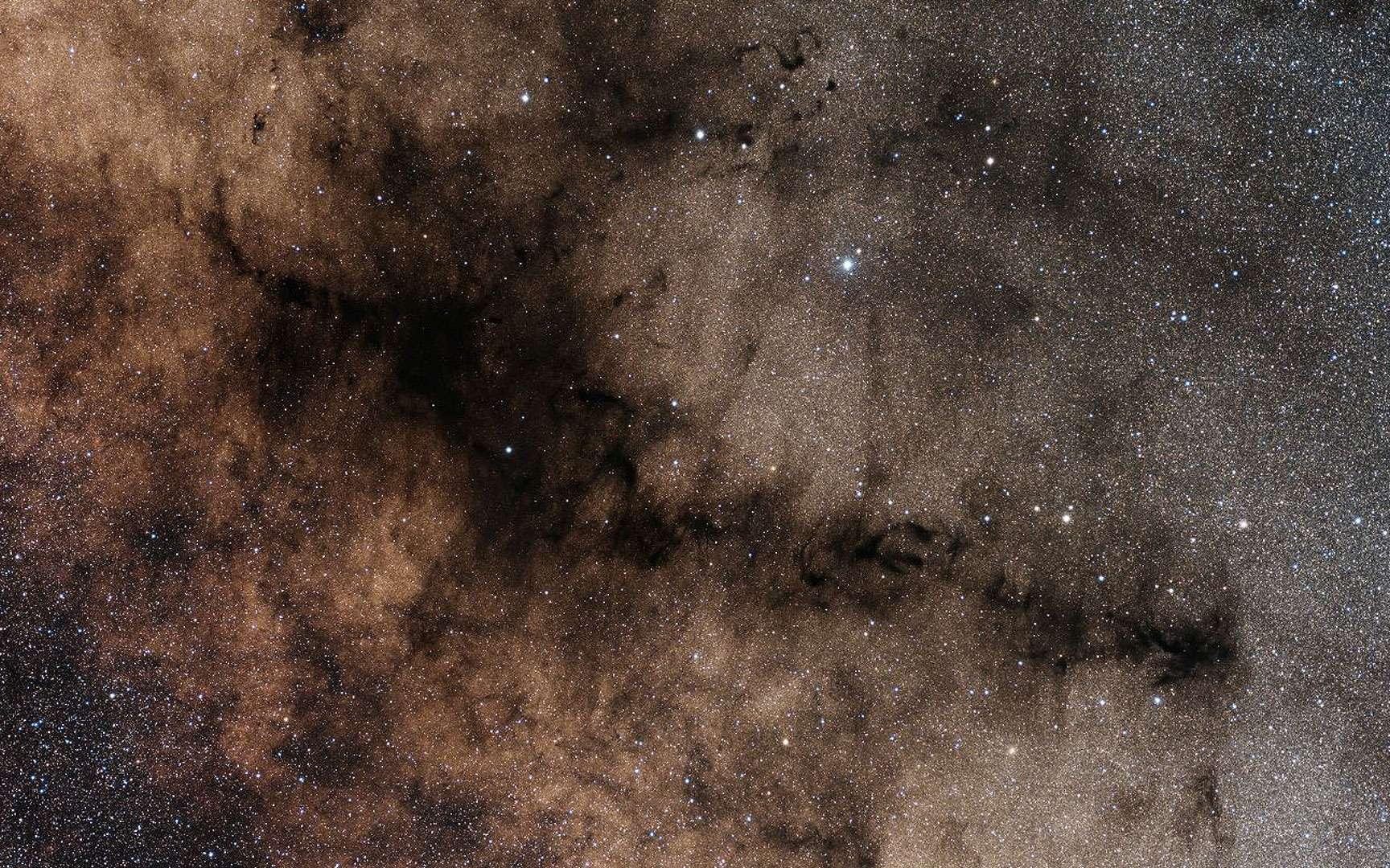 La nébuleuse de la Pipe, au cœur de la Voie lactée. L'immense nuage sombre de la nébuleuse de la Pipe est perceptible à l'œil nu dans un ciel noir, bas sur l'horizon sud depuis les latitudes de l'Europe. Il culmine au zénith dans l'hémisphère sud, comme dans le désert d'Atacama d'où a été prise cette photographie.© ESO, Y. Beletsky