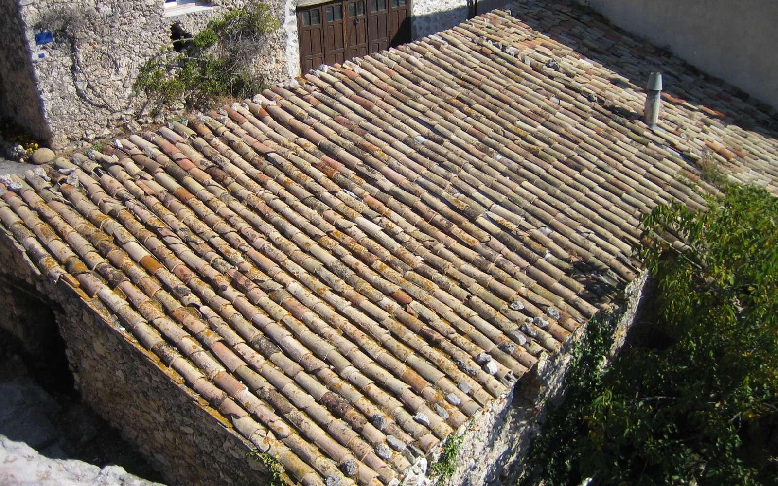 La tuile sert à recouvrir un toit pour le protéger des intempéries. © N.C, Domaine public, Wikimedia Commons