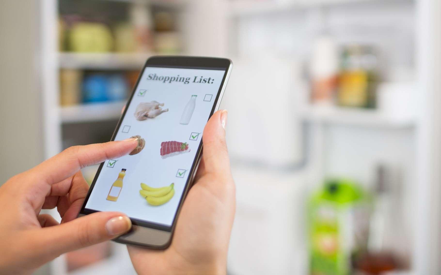 Grâce au module SmartDeviceBox codéveloppé par Microsoft et Liebherr, le réfrigérateur tient l'inventaire de son contenu et crée une liste des courses accessible à distance via des applications pour smartphone Android, iOS ou Windows. © LDprod