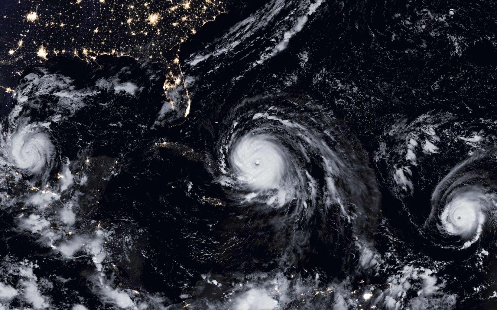 Trois ouragans au-dessus de l'Atlantique : Katia (à gauche), José (à droite) et Irma (au centre). Lorsque cette image a été prise, Irma était de catégorie 5. © EarthObservatory