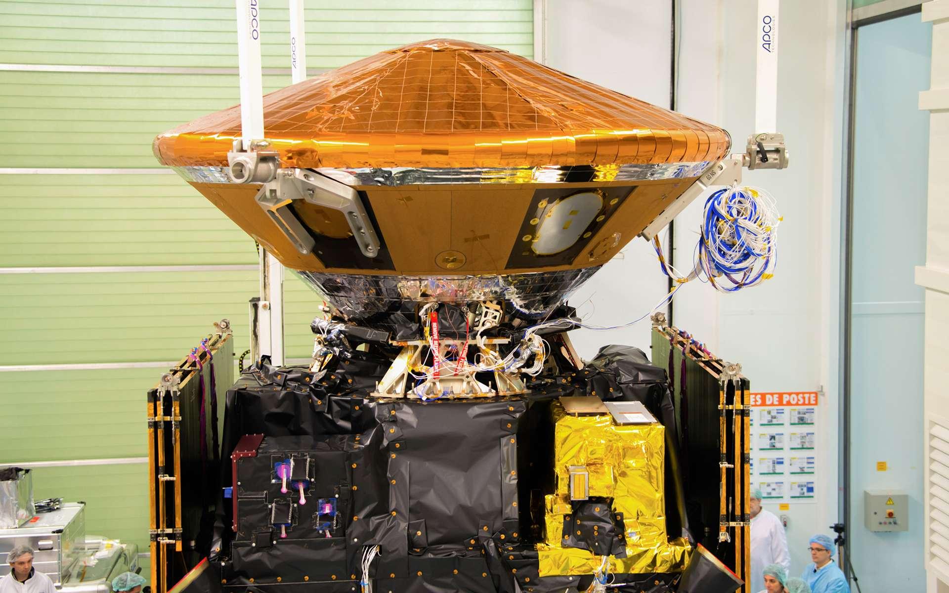 La capsule Schiaparelli, solidement arrimée sur le dessus du satellite TGO (Trace Gas Orbiter), sur lequel elle a voyagé depuis la Terre jusqu'à la planète Mars. © Rémy Decourt