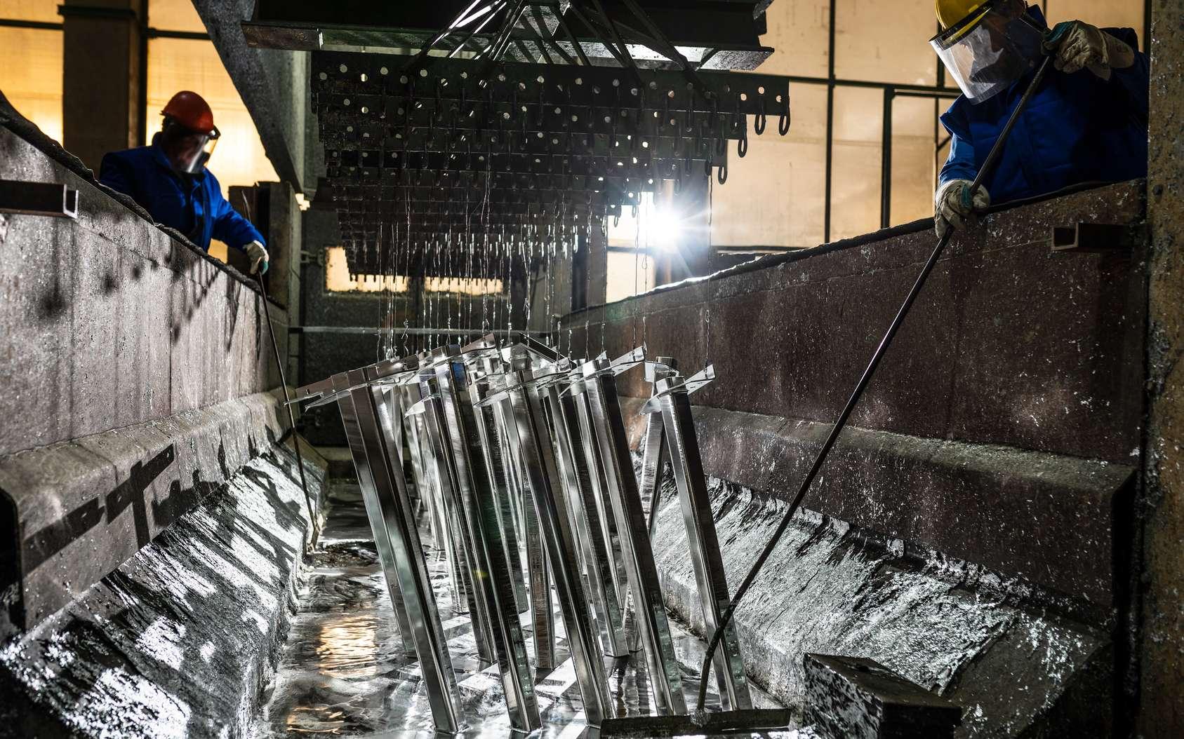 La galvanisation consiste à protéger une pièce métallique en la plongeant dans un bain de zinc. © bogdanvija, Fotolia