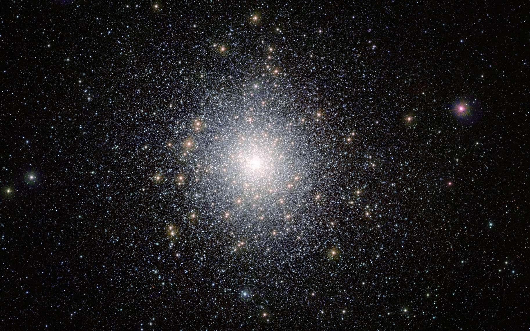 D'un diamètre d'environ 120 années-lumière, cet amas globulaire en orbite autour de la Voie lactée n'est autre que 47 Tucanae (NGC 104). Il se trouve à environ 16.700 années-lumière de la Terre et contient des millions d'étoiles, dont certaines sont très exotiques et peu communes. Cette image a été réalisée par le télescope Vista (Visible and Infrared Survey Telescope for Astronomy) de l'ESO, depuis l'observatoire de Cerro Paranal, dans le désert d'Atacama, au Chili. © M.-R. Cioni, Vista Magellanic Cloud survey, ESO