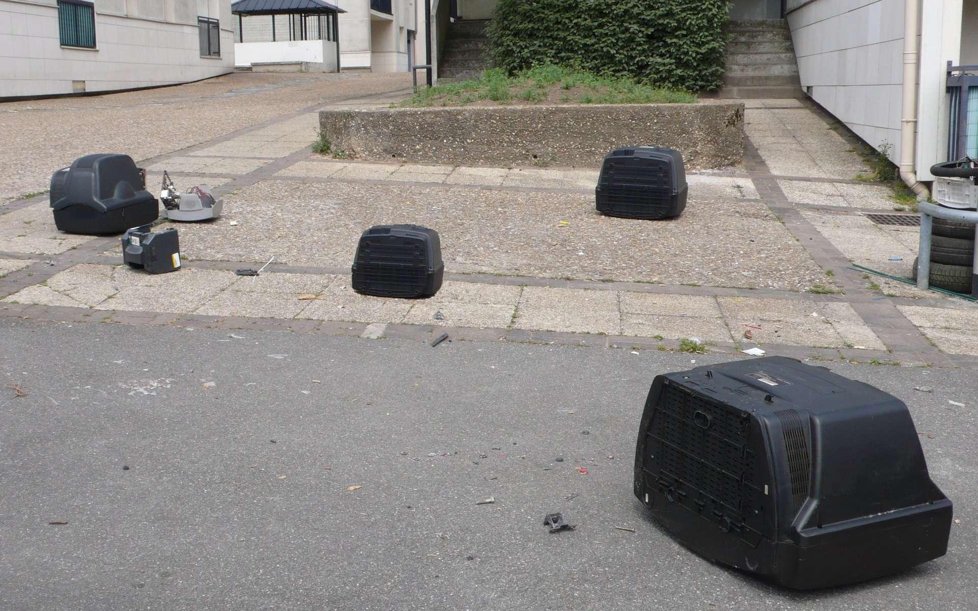 Trop souvent, les déchets électroniques jonchent les trottoirs, quand certains les ont confiés aux « encombrants » alors qu'ils ne sont plus ramassés. Une collecte au pied des immeubles sera sans doute un progrès. © Jean-Luc Goudet, Futura-Sciences