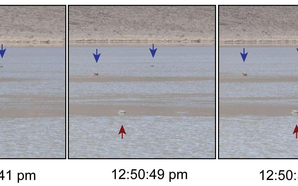 Un rocher pris en flagrant délit de mouvement (indiqué par la flèche rouge), de la gauche vers la droite, tandis que d'autres restent immobiles (flèches bleues). L'image de gauche montre une vue plus large de la zone, avec de la glace (Ice) et de l'eau liquide reconnaissable aux rides de sa surface (Rippled Water). Cet épisode de déplacements a duré 18 s. © Richard D. Norris et al., Plos One