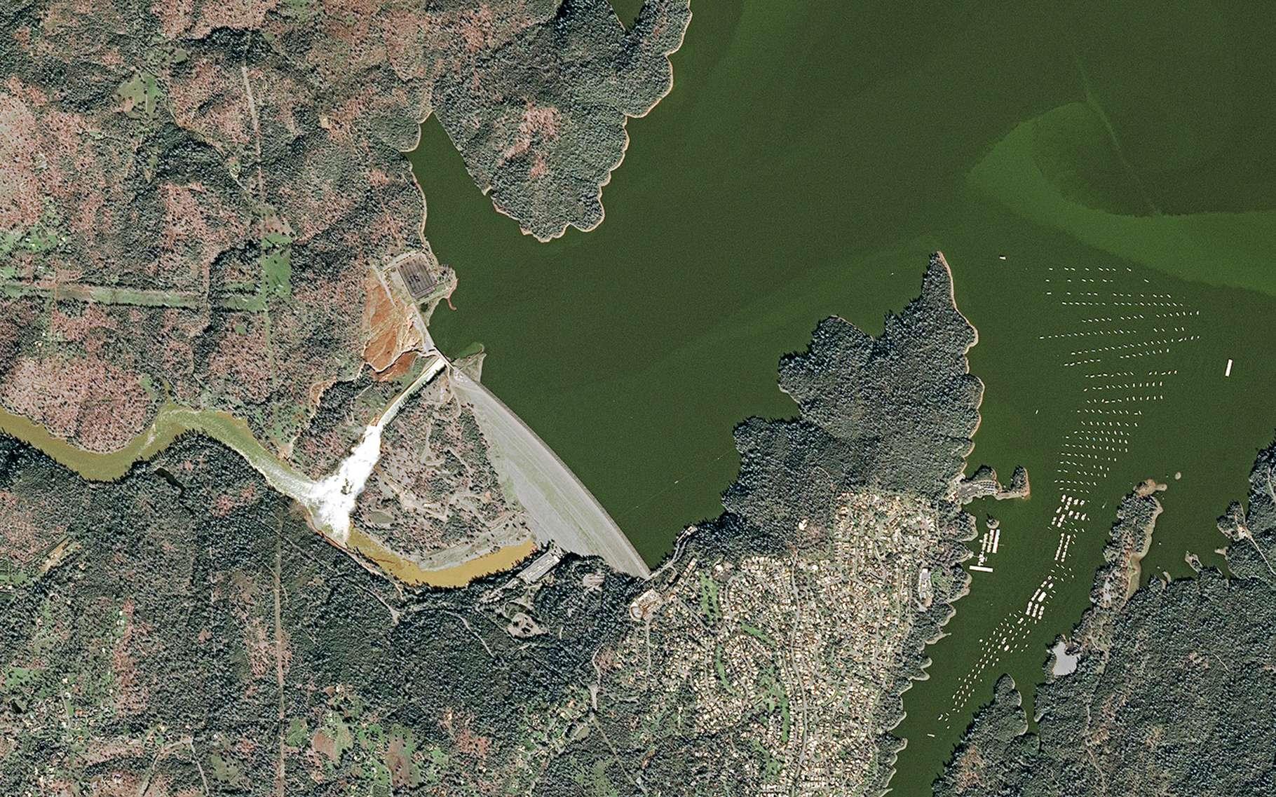 Image acquise par le satellite Sport 7 qui permet de se rendre compte du niveau anormalement élevé du lac retenu par le barrage d'Oroville. © 2017 Airbus DS