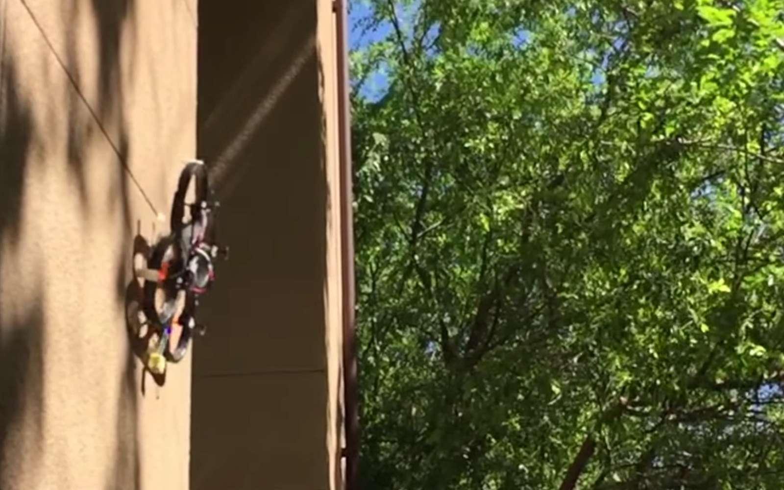 Si ce concept de train d'atterrissage se concrétise, les drones commerciaux seront bientôt capables de se poser contre les façades des bâtiments ou sur un plafond pour pouvoir filmer sans user leur batterie en vol stationnaire. © Biomimetics and Dexterous Manipulation Lab, Stanford University