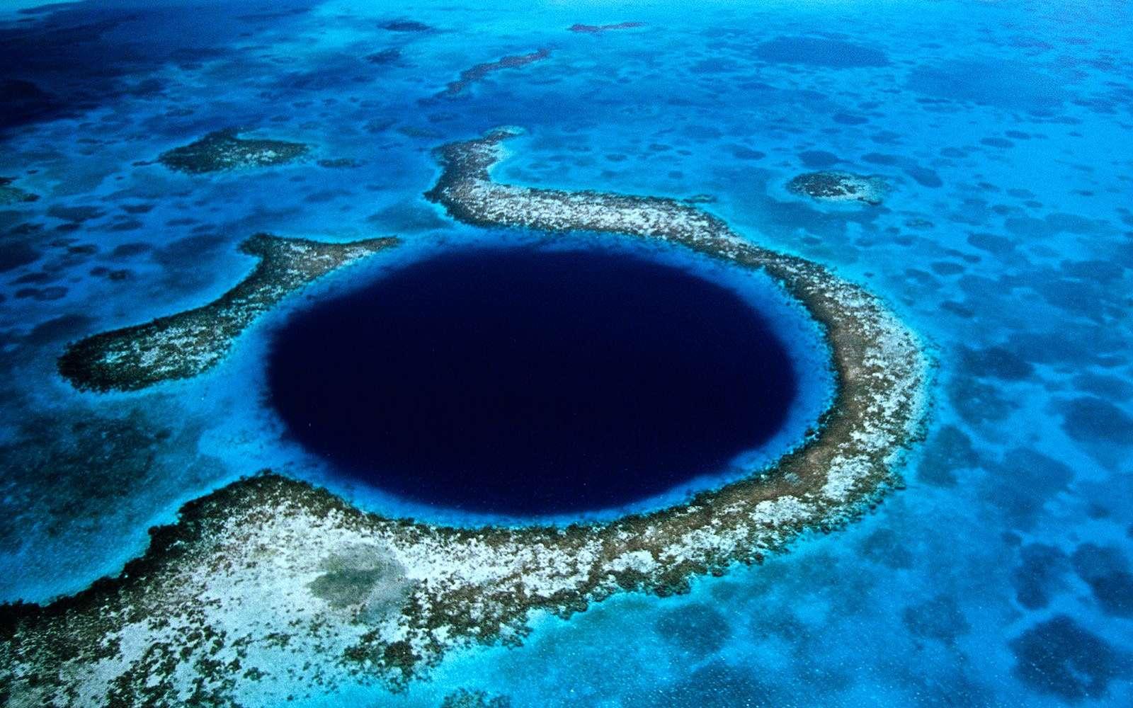 Un des célèbres trous bleus des Bahamas, celui de Bélize. Crédit : WallpaperMe.com
