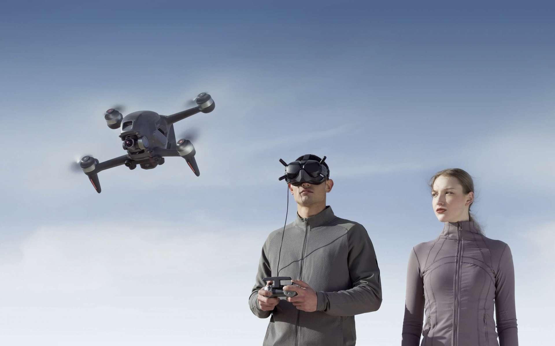Le drone DJI FPV peut tout aussi bien être pris en main par un débutant absolu ou un pratiquant confirmé des courses de drones. © DJI