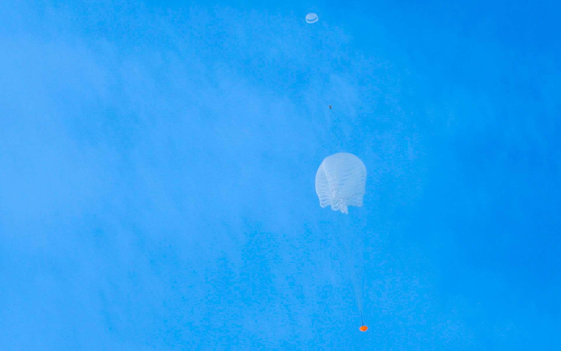 Essai de déploiement du parachute de 35 mètres d'ExoMars, lors d'un test réalisé en mars 2018. © ESA, L. Barel