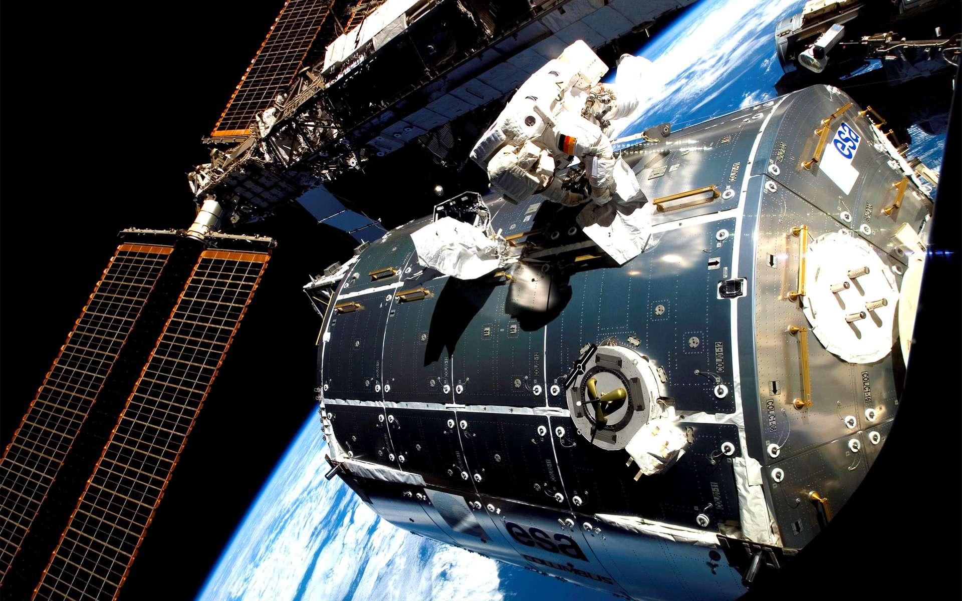 L'astronaute européen Hans Schlegel finalisant l'installation du laboratoire Columbus à la Station spatiale internationale, en février 2008. © Nasa