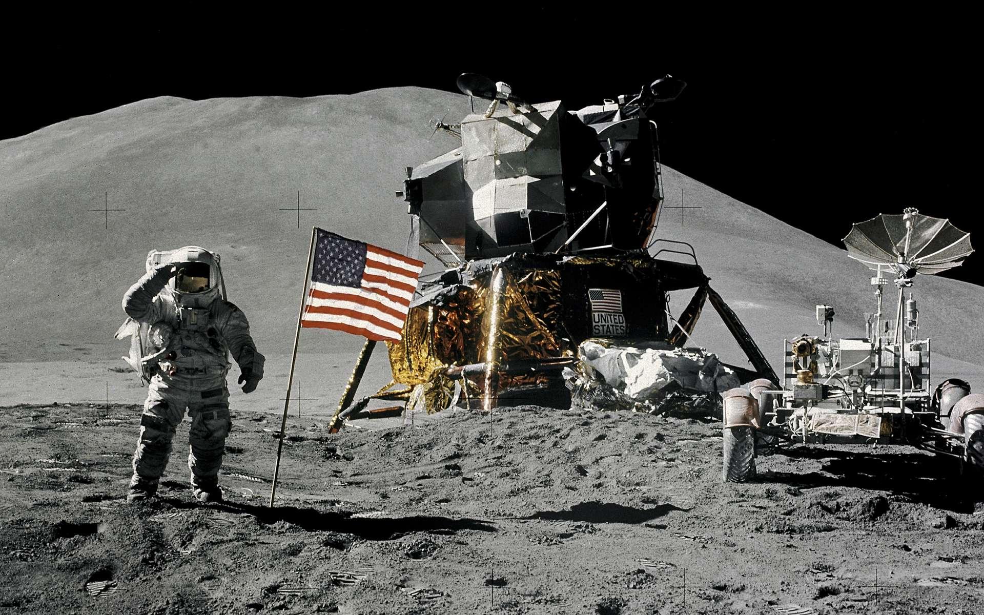 Le pilote du LM, Jim Irwin, salue le drapeau des États-Unis. Au cours de cette mission Apollo 15, les astronautes vont pouvoir s'éloigner davantage du module lunaire grâce au rover qu'ils ont emmené avec eux. © Nasa
