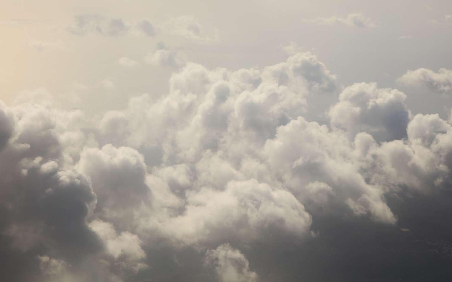 Les nuages prennent toutes sortes de formes et même de couleurs, au hasard des mouvements de l'air mais aussi de phénomènes physiques. © viperagp, Fotolia