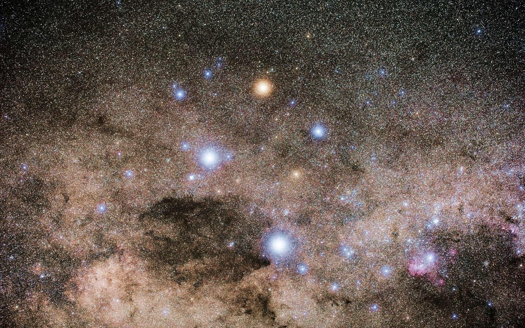 Gamma Crucis est la troisième étoile la plus brillante de la constellation de la Croix du Sud et une des plus brillantes étoiles du ciel. C'est une géante rouge, et on peut la voir au sommet de la Croix du Sud sur cette image prise par un astronome amateur. © Naskies, Wikipédia