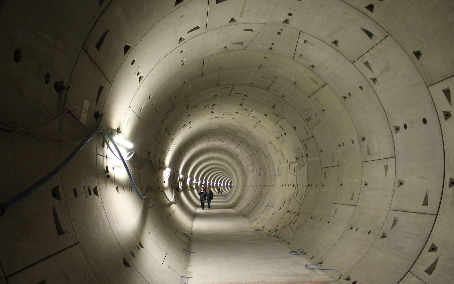 Les voussoirs sont assemblés en anneau pour soutenir la galerie du tunnel. © Draceane CC3.0