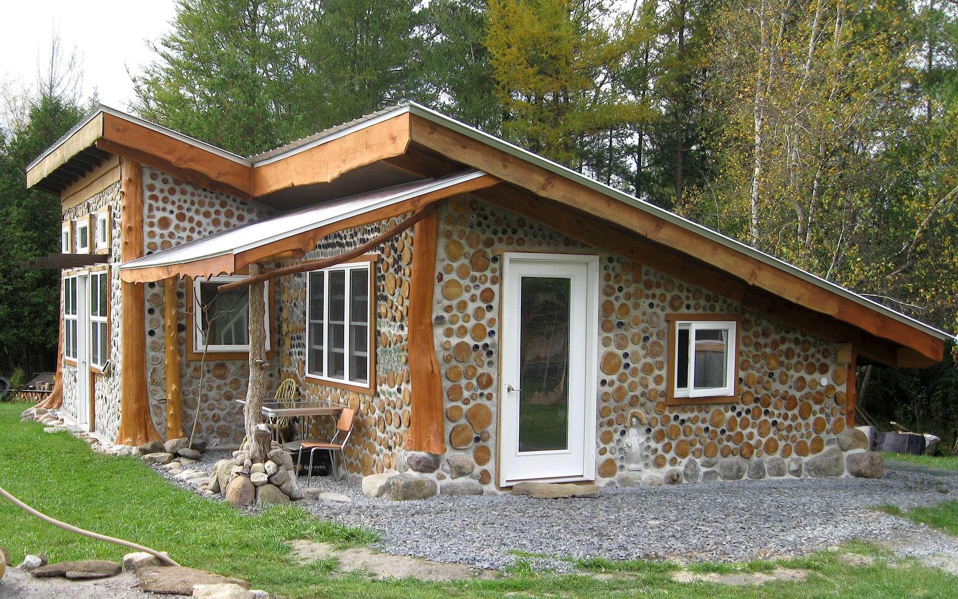 La technique du bois cordé requiert du bois bien sec. © Cordwood Construction