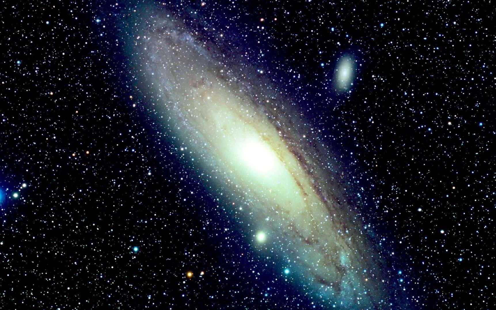 La galaxie d'Andromède, M 31. Au centre, se trouve le bulbe (zone très lumineuse) entouré du disque géant de la galaxie. © Richard Crisp