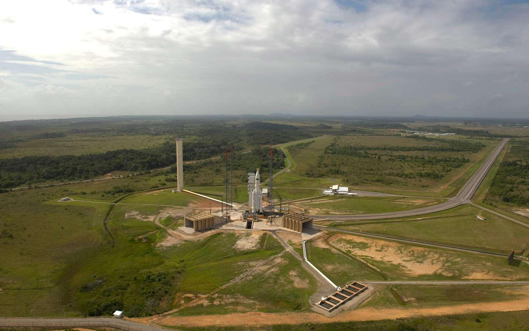 Le lanceur et les satellites Astra 3B et COMSATBw-2 ont été mis en attente et en conditions de sécurité maximales. Crédits 2010 ESA / Cnes-Arianespace / Photo Optique Video CSG /S. Corvaja