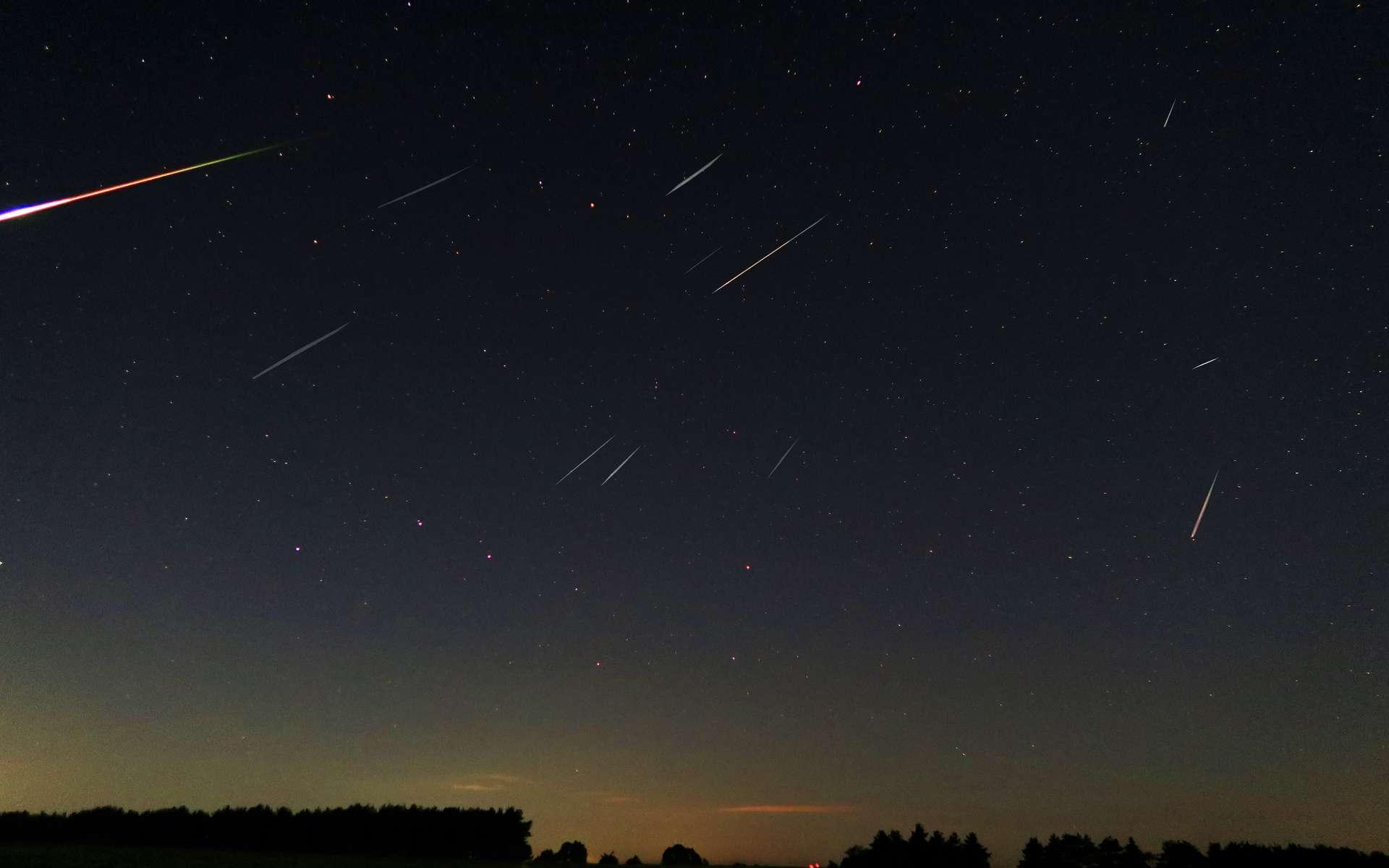 Perséides photographiées au cœur de la nuit du 12 au 13 août dans l'Ontario, Canada. Parmi ces étoiles filantes, un beau bolide fendait le ciel. © Felix Zai