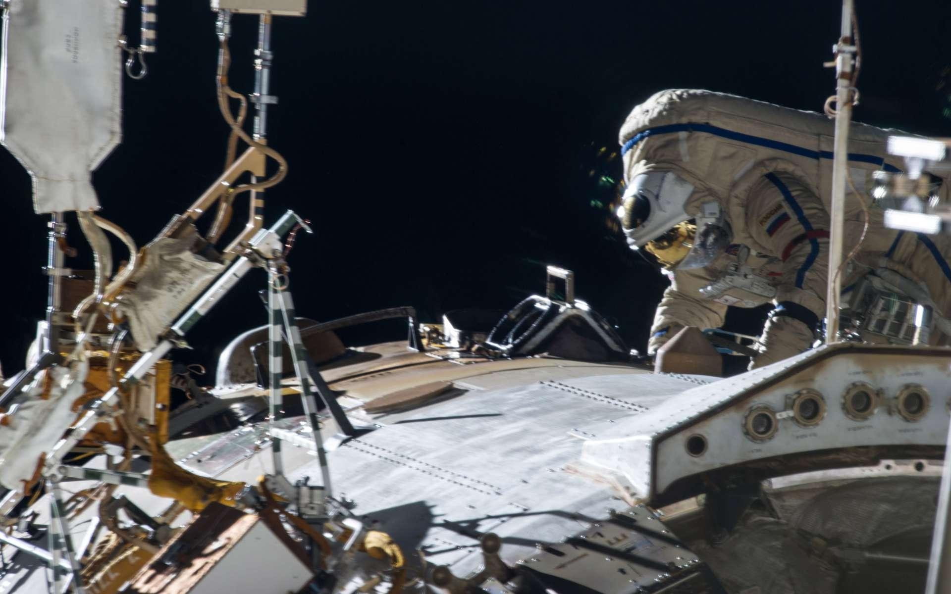 Le cosmonaute Pavel Vinogradov, avec dorénavant sept sorties dans l'espace à son actif, soit un total de plus de 38 heures et 25 minutes, a battu un record : il est le cosmonaute le plus âgé à avoir effectué une activité extravéhiculaire (EVA ou extra-vehicular activity). Sa première sortie date de 1997, lorsqu'il était en activité à bord de la station russe Mir, aujourd'hui désorbitée. Il fêtera bientôt ses soixante ans à bord de la Station. © Nasa