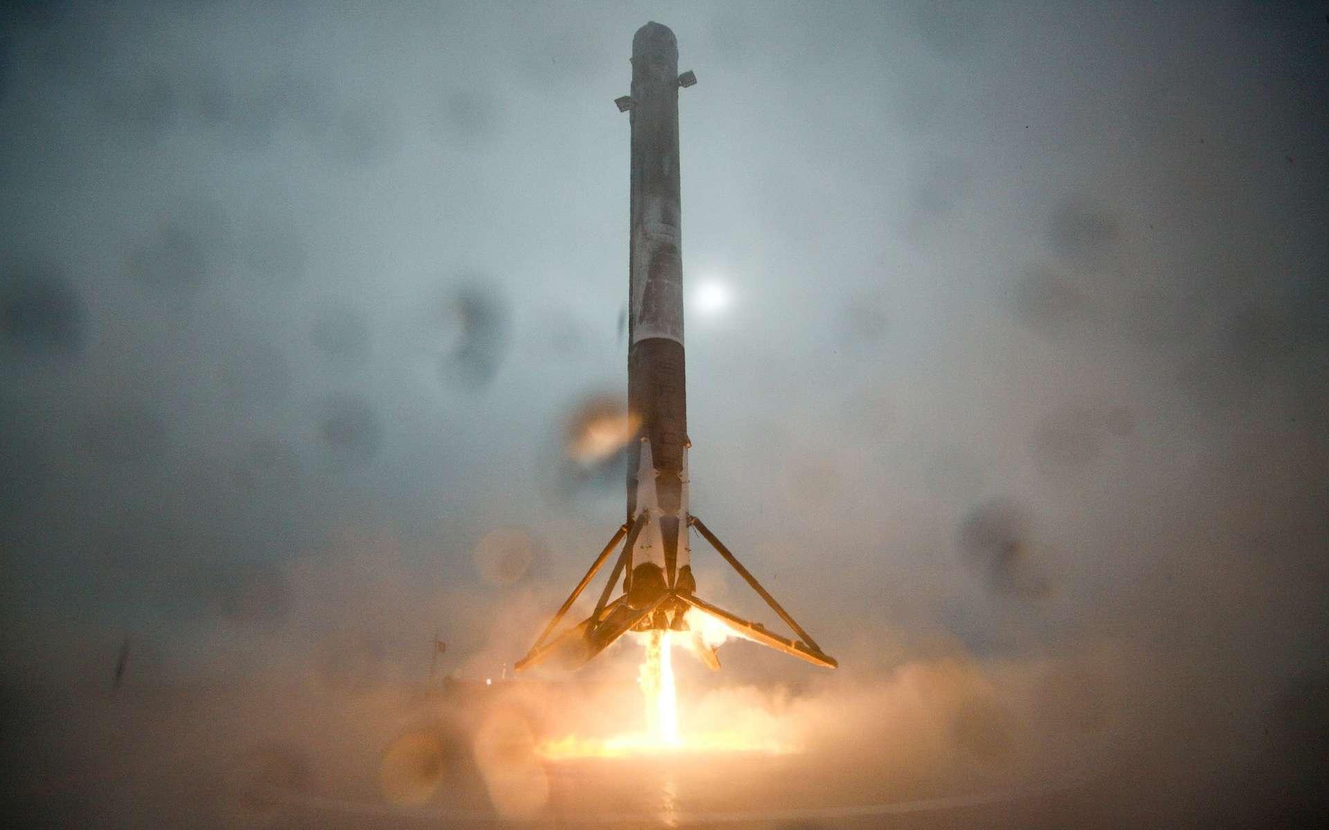 L'étage principal du Falcon 9 de SpaceX quelques secondes avant son atterrissage sur la barge, dimanche 17 janvier. Il a ensuite basculé puis explosé au sol. © SpaceX