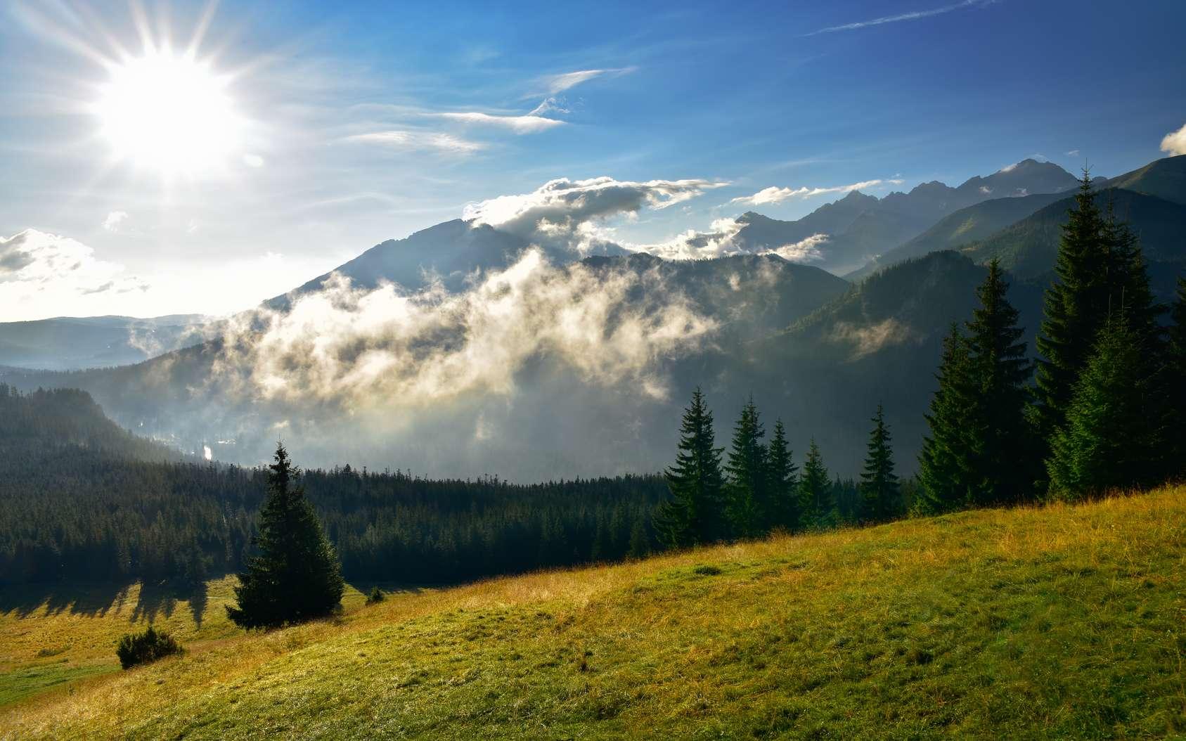 Les rayons du soleil sont plus violents en altitude. Ici, les Tatras, une chaîne de montagnes à cheval sur la frontière entre la Pologne et la Slovaquie. © aboutfoto, Fotolia
