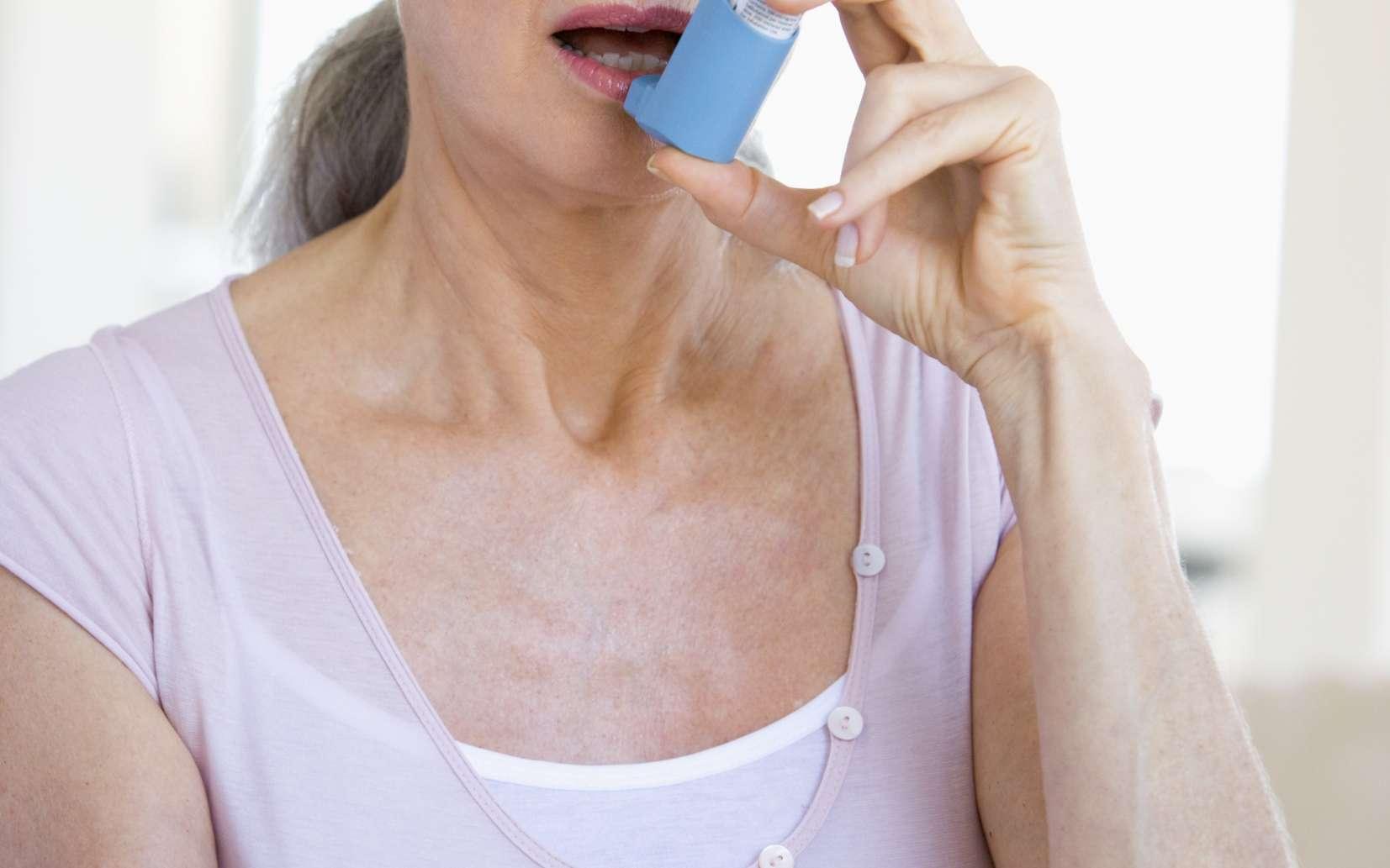 Les bronchodilatateurs anticholinergiques sont utilisés pour traiter les BPCO. © Phovoir
