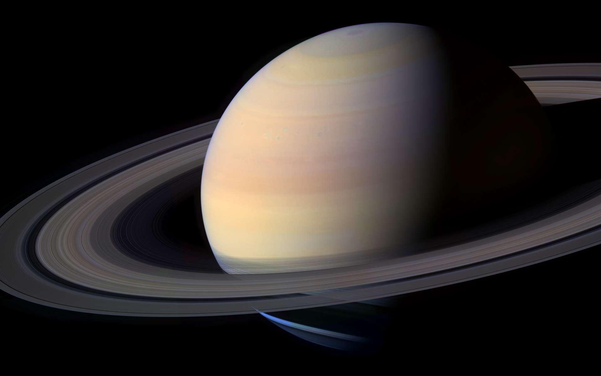 Saturne, ses anneaux et ses petites lunes constituent un système complexe et en perpétuelle évolution, qui passionne les astronomes. © Nasa