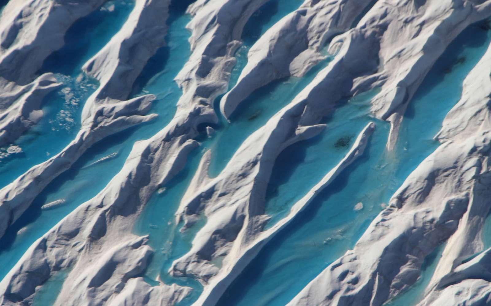Des crevasses visibles au sud du Groenland en 2017. © Nasa, Operation IceBridge