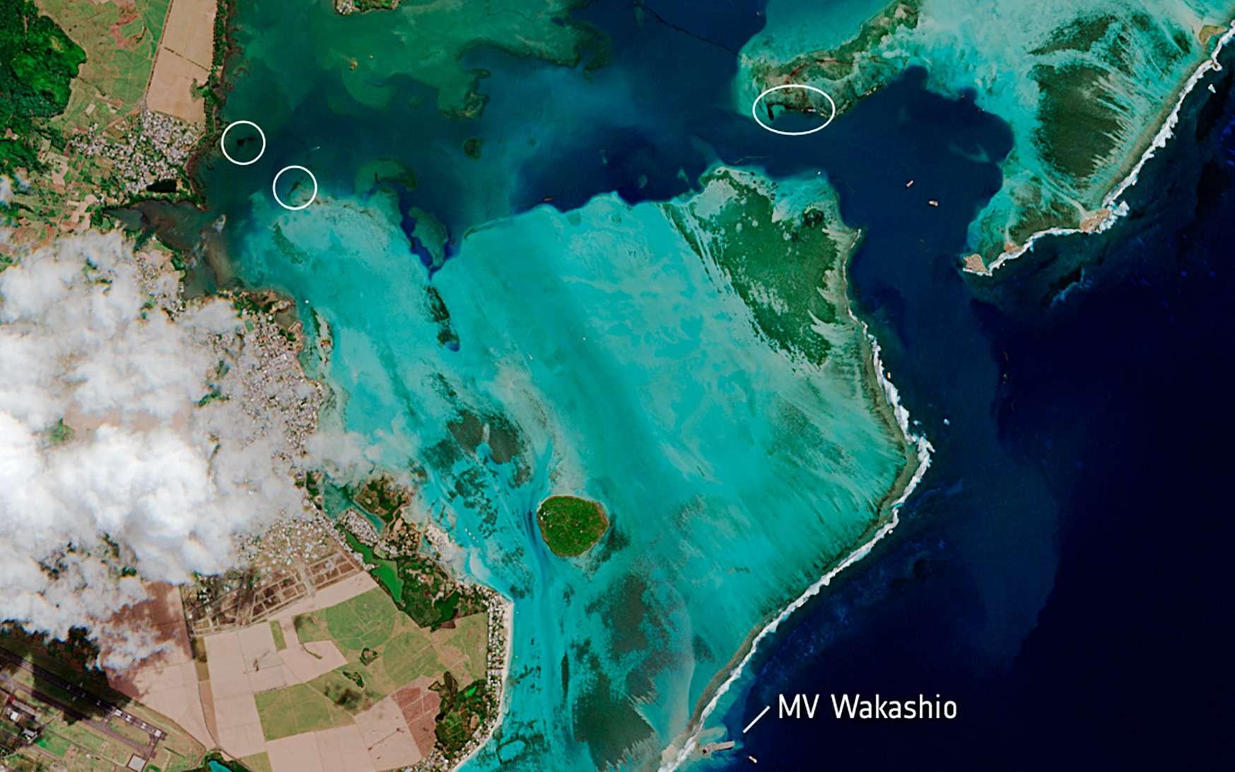 Sur cette image, acquise le 11 août par le satellite Sentinel-2, le MV Wakashio, visible en bas de l'image, est échoué près de la pointe d'Esny, une zone humide importante. La nappe de pétrole peut être vue comme une fine ligne noire entourée par les couleurs turquoise vives de l'océan Indien. L'huile est visible près du bateau, ainsi qu'à d'autres endroits autour du lagon. © contains modified Copernicus Sentinel data (2020), processed by ESA, CC by-sa 3.0 IGO