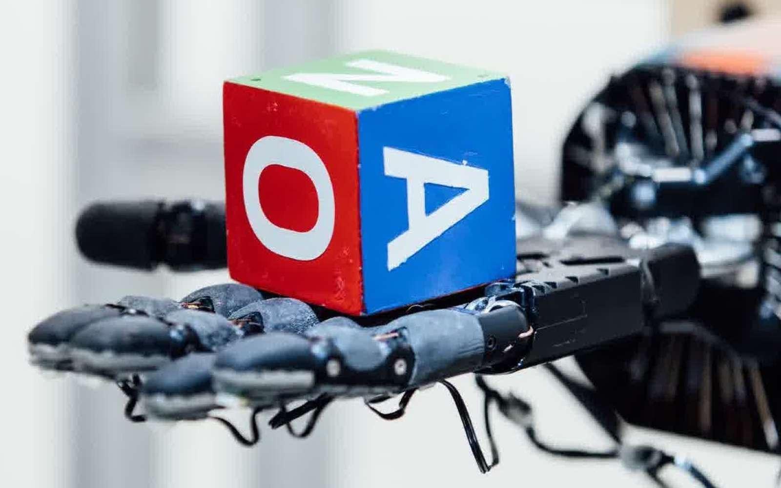 La main robotisée conçue par l'organisation à but non lucratif OpenAI est capable d'apprendre toute seule à manipuler un objet grâce à une intelligence artificielle qui réalise des simulations à partir de légères modifications de couleurs, de poids ou de taille, sur l'objet en question. © OpenAI
