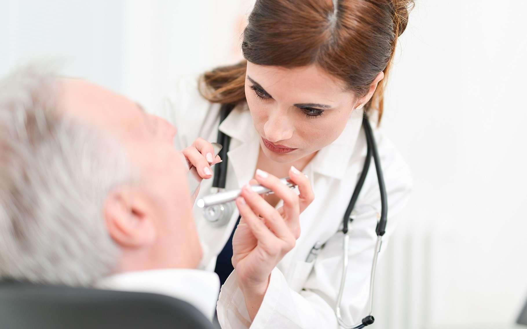 Le médecin examine la langue dans le cadre du diagnostic du cancer de la langue. © Minerva Studio, Shutterstock
