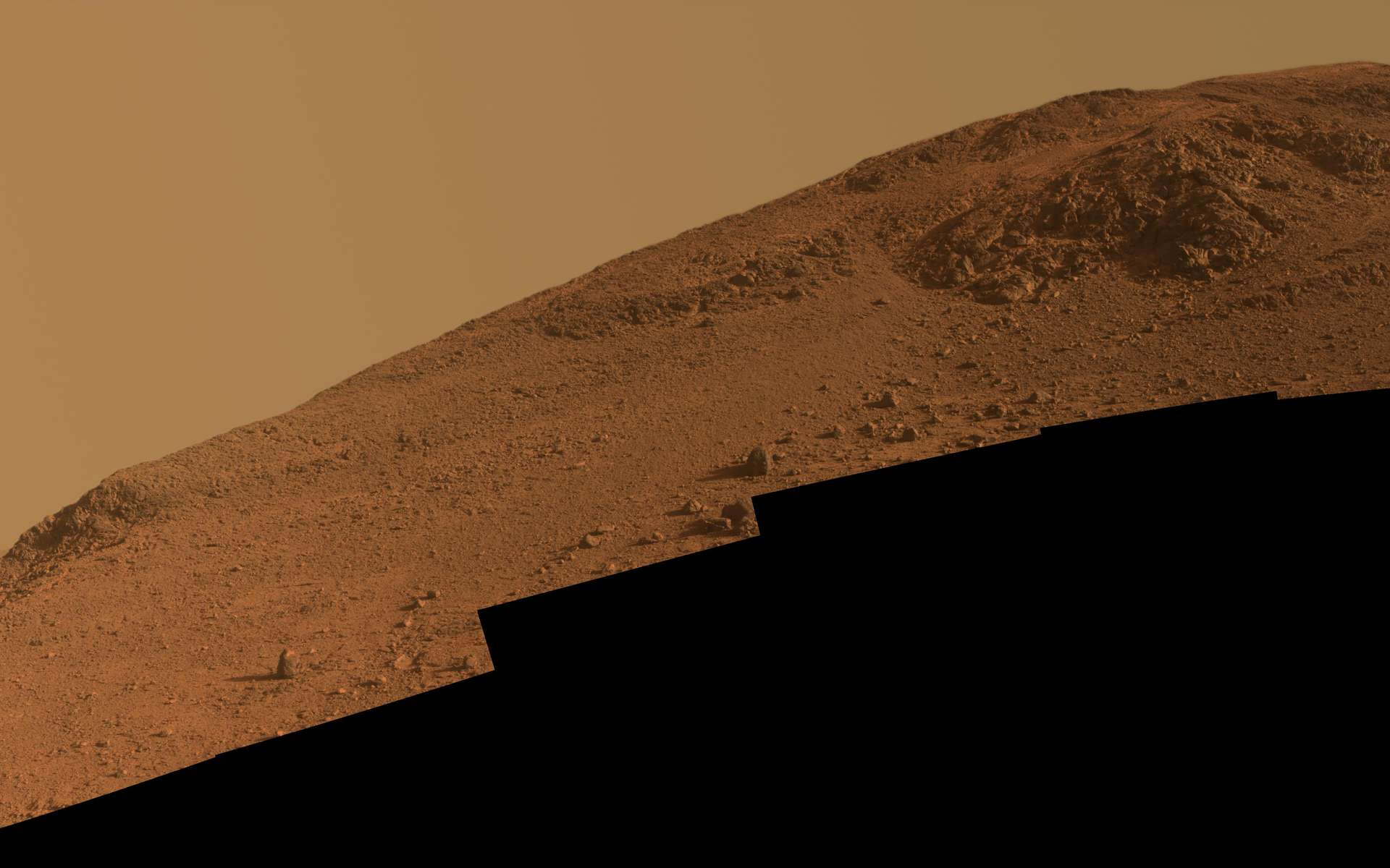 Vue de la pente sud de la vallée de Marathon photographiée fin octobre 2015, avant que le rover ne s'y engage pour aller étudier l'affleurement au sommet. © Nasa, JPL-Caltech, Cornell University, Arizona State University