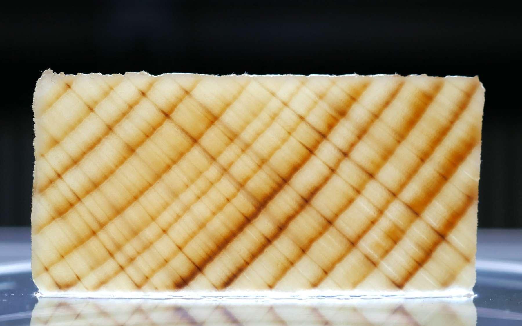 Ceci n'est pas du bois. Cette lame mince est une coupe fine de hêtre dont la lignine a été extraite et remplacée par un polymère. © Woodoo