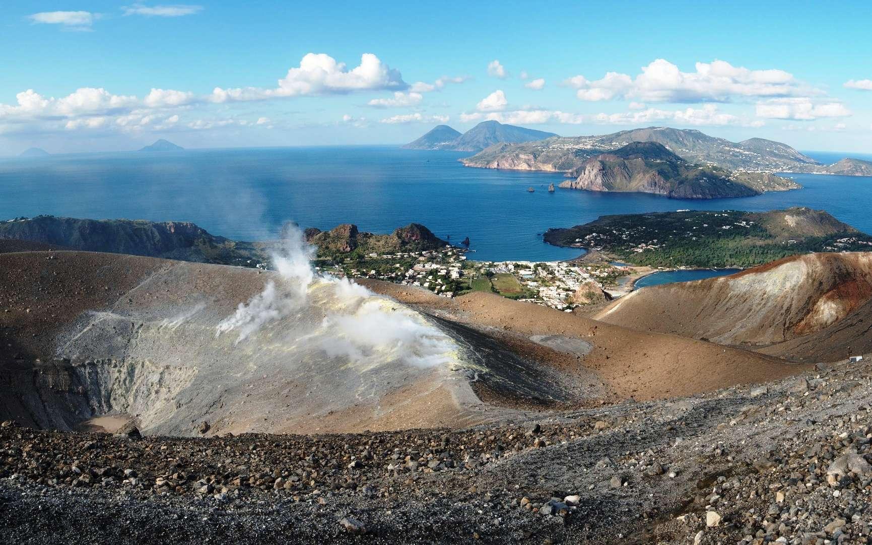 Une vue du cratère de Fossa II de Vulcano avec, à l'horizon, l'île de Lipari et les deux cônes de l'île de Salina. © slavapolo, Shutterstock