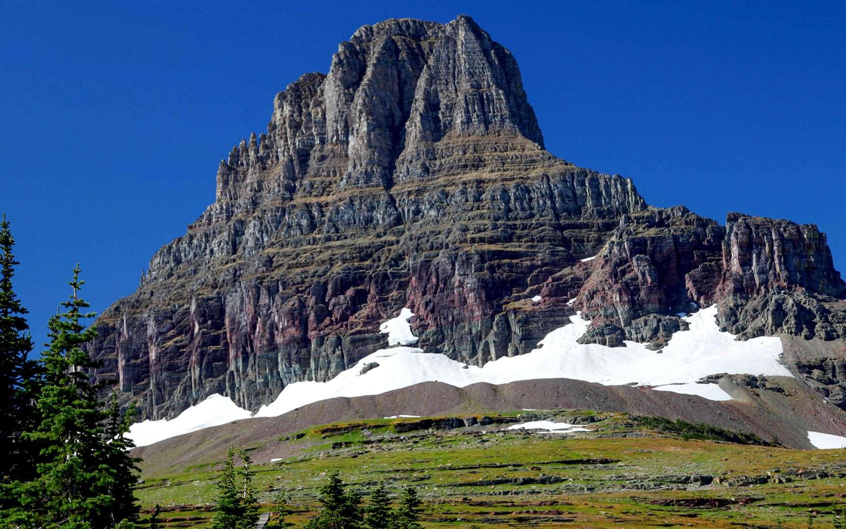 Dans le parc de Glacier, un pic surplombe le Hidden Lake, un paysage typique des montagnes Rocheuses dans le Montana. © Antoine