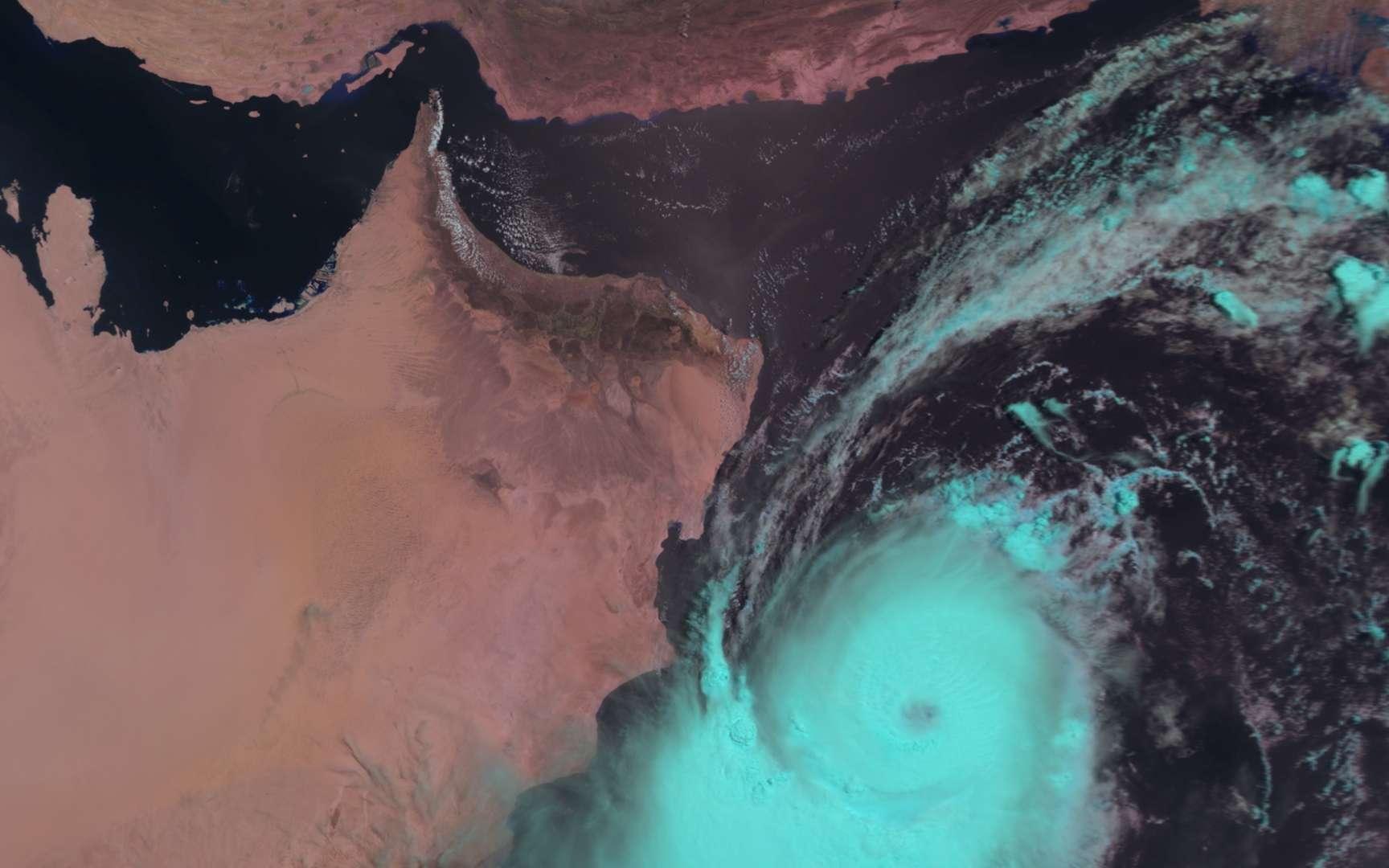 Le cyclone Phet vu par le radiomètre AVHRR du satellite Metop-A le 2 juin 2010 à 10 h 06 TU, en fausses couleurs. On distingue bien la masse nuageuse, de couleur verte, tournant dans le sens des aiguilles d'une montre et présentant « l'œil », au centre. La côte à gauche est celle du sultanat d'Oman, à l'extrémité sud-est de la péninsule arabique. Au nord, le golfe d'Oman, avec le détroit d'Ormuz, ouvre sur le golfe Persique (à gauche) et sépare la péninsule des côtes iraniennes, en haut de l'image. © Eumetsat 2010